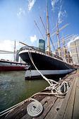 Loď zakotvila v přístavu new york — Stock fotografie