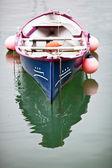 гребные лодки пришвартованы в море — Стоковое фото