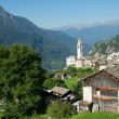 Beautiful old village (soglio) and church in alpine landscape (bregaglia region of switzerland) — Stock Photo