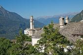Beautiful old village (soglio) and church in alpine landscape (bregaglia region of switzerland) — Stok fotoğraf