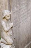 Estátua de um querubim de pedra — Foto Stock