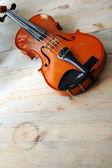 在一张桌子上的小提琴 — 图库照片