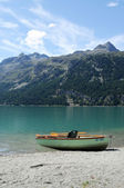 Lovely landscape with lake in the swiss alps — Stock Photo