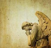 Estátua de um anjo querubim pedra em um cemitério em londres, inglaterra — Foto Stock