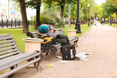 Drunk man on the park bench — Stock Photo