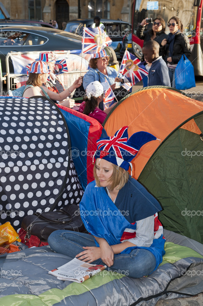 LONDON - APRIL 27: Royal family fans camp to secure a good spot at Westminster Abbey for Prince William and Catherine Middleton's royal wedding celebration to take place April 29. April 27, 2011 in London, England. — Stock Photo #9872395