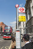 LONDON, UK - APRIL 02: Bus stop with red double-decker bus appro — 图库照片