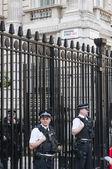 LONDON, UK - APRIL 02: Three policemen manning the gates of Down — Stockfoto