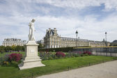 Beautiful view of Louvre palace and a marble statue, Tuileries garden, Paris — Stock Photo