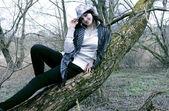 Bir kadın bir ağaç üzerinde — Stok fotoğraf