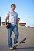 Skateboarder poseren volledige lichaam schot — Stockfoto