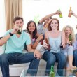 Foto Stock: Friends drinking beer at home