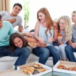 Adolescents eating pizza at home — Stock Photo