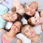 Nastolatki, leżąc na podłodze z głowy razem — Zdjęcie stockowe