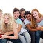 tonåringar som spelar TV-spel i vardagsrummet — Stockfoto