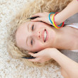 Teen girl listening to music — Stock Photo