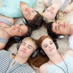 hög vinkel tonåringar lyssnar på musik — Stockfoto