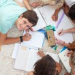 grupp tonåringar studera tillsammans — Stockfoto
