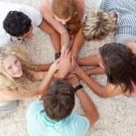 Подростков, лежал на полу с руками вместе — Стоковое фото