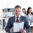 maschio manager scrivendo note in un call center — Foto Stock