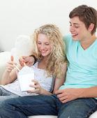 Par tonåringar äter pasta — Stockfoto