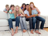 Friends playing video games in the living-room — Stock Photo