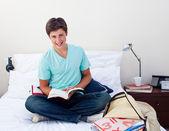 Adolescente sonriente estudiando matemáticas en su dormitorio — Foto de Stock