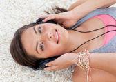 Hoge hoek van tiener meisje muziek beluisteren — Stockfoto