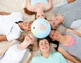 地球儀、中心を床に 10 代の若者 — ストック写真
