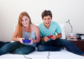 A couple of teenagers playing video games — Stock Photo