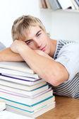 Teeenager cansada, dormindo em livros — Fotografia Stock