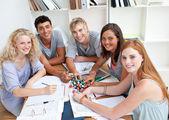 высокий угол подростков, изучая науку в библиотеке — Стоковое фото