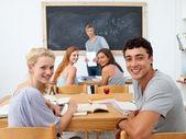 Tonåringar studera tillsammans i en klass — Stockfoto