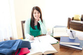 Sorridente ragazza adolescente studiando — Foto Stock