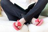 Mujer leyendo un libro sentado en un sofá — Foto de Stock