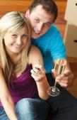 šťastný pár, oslava nového domu se šampaňským — Stock fotografie