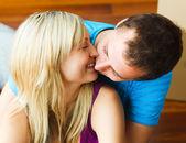 Close-up van paar verhuizen naar nieuwe huis en kussen — Stockfoto