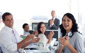 Businessteam applaudiserend succesvol project — Stockfoto