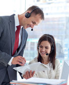 说话一女商人在呼叫中心经理 — 图库照片