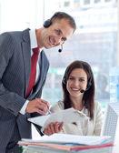 Manager arbetar med affärskvinna i ett callcenter — Stockfoto
