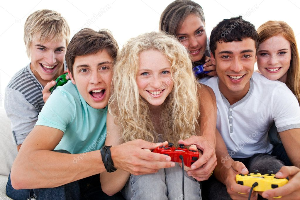 Portrait of teenagers having fun playing video games in the living-room — Stock Photo #10278039