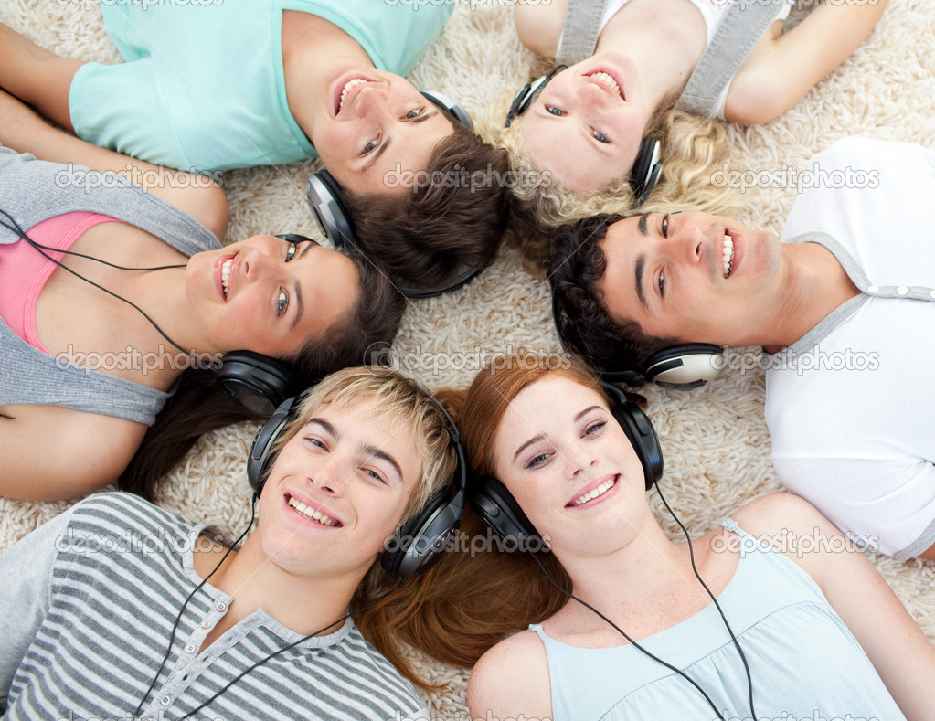Group of friends listening to music on the floor — Stock ...