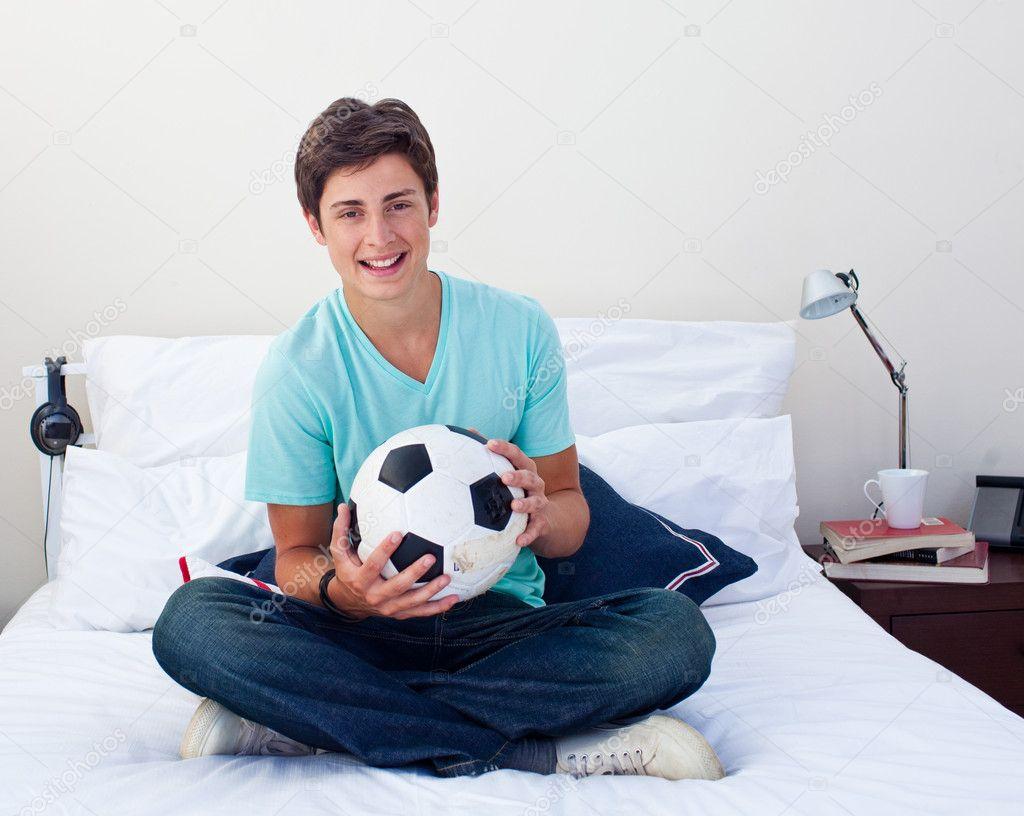 TonÃ¥ring kille som innehar en fotboll — stockfotografi ...