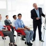porträtt av en senior affärsman som ger en konferens — Stockfoto