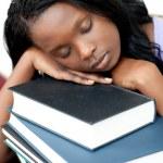 Slapende student leunend op een stapel boeken — Stockfoto