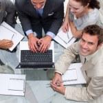 wysoki kąt biznesmen pracy z kolegami — Zdjęcie stockowe