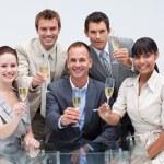Zespół firmy świętować sukces z szampanem w biurze — Zdjęcie stockowe