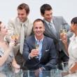 negócios equipe brindando com champanhe no escritório — Foto Stock