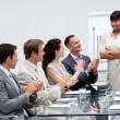 zakelijke applaudisseren een collega na het geven van een presentati — Stockfoto