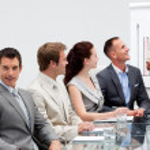 sorridente empresário em uma apresentação — Foto Stock